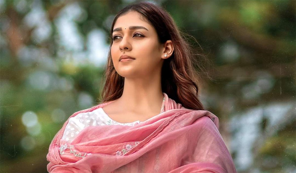 Lady-Superstar-Nayanthara's-Nizhal-Gets-March-Release-Date
